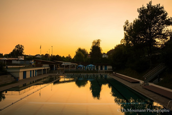 Schwimmbad Roggwil abends